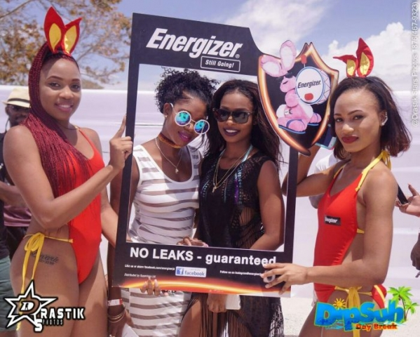 Energizer girls holding frame while girls on the beach pose for the camera